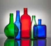 Composition des bouteilles en verre de couleur Photo stock