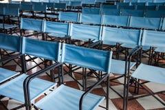Composition des chaises pliantes bleues de toile Photographie stock libre de droits