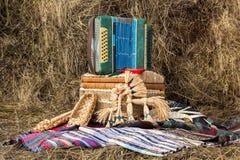 Composition des choses folkloriques russes : bayan, chaussures de filasse images libres de droits