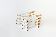 Composition des cigarettes sur le blanc Photos stock