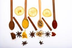 Composition des cuillères avec des épices et des oranges sèches Concept d'art culinaire Cuillères remplies d'herbes et d'épices d images stock