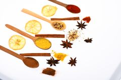 Composition des cuillères avec des épices et des oranges sèches Cuillères remplies d'herbes et d'épices de cuisine Concept d'art  photo libre de droits
