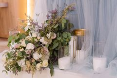 Composition des fleurs - décoration d'une table pour des invités Bougies blanches dans de grands vases en verre photos libres de droits