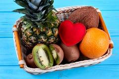 Composition des fruits tropicaux et du coeur rouge Photo libre de droits