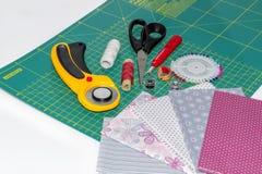 Composition des instruments, des objets et des tissus piquants Photographie stock libre de droits