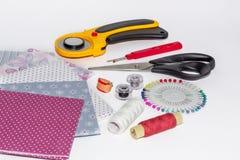 Composition des instruments, des objets et des tissus pour le patchwork Photographie stock libre de droits