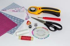 Composition des instruments, des objets et des tissus pour le patchwork Photos stock