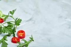 Composition des légumes et des herbes sur le fond blanc, l'espace de copie, foyer sélectif, configuration plate, plan rapproché Images stock