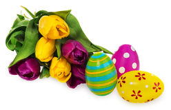 Composition des oeufs de pâques, fleurs, tulipes Oeufs de pâques dans le mult Photographie stock libre de droits