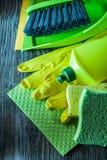 Composition des outils de lavage de ménage sur le conseil en bois photo libre de droits