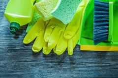 Composition des outils de nettoyage de ménage sur le panneau en bois de cru photo stock