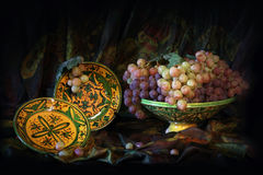 Composition des plats en céramique et des raisins traditionnels d'Ouzbékistan Photo libre de droits