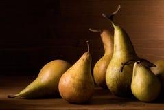 Composition des poires sur la table en bois Photo libre de droits