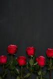 Composition des roses rouges sur le fond gris-foncé Décor chic minable romantique Vue supérieure Concept d'amour Rose rouge Photos libres de droits