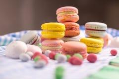 Composition douce avec les biscuits et la guimauve de macaron Photographie stock libre de droits
