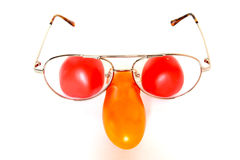Composition drôle en visage avec des tomates et des verres Photos stock