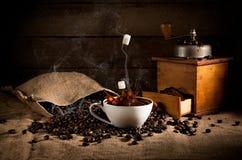 Composition en art de café : haricots rôtis dispersés d'un sac, coff Images libres de droits