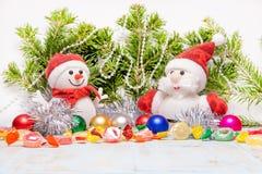 Composition en beau Noël et en nouvelle année avec Santa Claus et le bonhomme de neige dans les chapeaux et des écharpes rouges d photos stock
