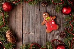Composition en biscuit de bonhomme en pain d'épice dans l'arbre de sapin Photographie stock