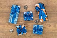 Composition en boîte-cadeau sur la table en bois Images stock