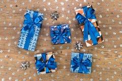 Composition en boîte-cadeau sur la table en bois Photographie stock