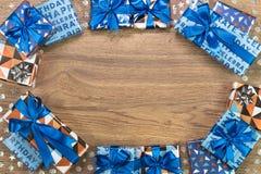 Composition en boîte-cadeau sur la table en bois L'espace plat des textes de configuration Photographie stock libre de droits