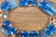 Composition en boîte-cadeau sur la table en bois L'espace plat des textes de configuration Images libres de droits