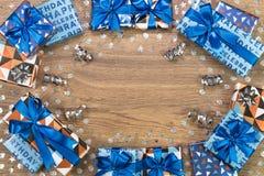 Composition en boîte-cadeau sur la table en bois L'espace plat des textes de configuration Photographie stock