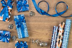 Composition en boîte-cadeau sur la table en bois L'espace plat des textes de configuration Photo stock