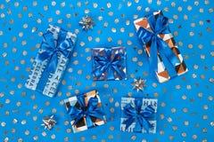 Composition en boîte-cadeau sur le fond bleu Images stock
