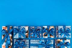 Composition en boîte-cadeau sur le fond bleu L'espace plat des textes de configuration Image stock