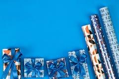 Composition en boîte-cadeau sur le fond bleu L'espace plat des textes de configuration Photographie stock libre de droits
