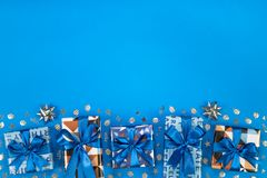 Composition en boîte-cadeau sur le fond bleu L'espace plat des textes de configuration Image libre de droits