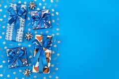 Composition en boîte-cadeau sur le fond bleu L'espace plat des textes de configuration Images stock
