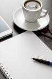 Composition en bureau avec le papier blanc Image stock