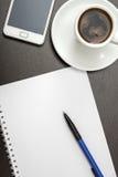 Composition en bureau avec le papier blanc Photographie stock libre de droits