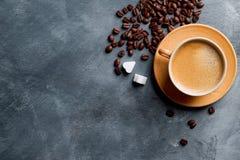 Composition en café avec la tasse et le grain de café Photo stock