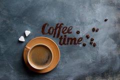 Composition en café avec la tasse et le grain de café Photos stock