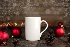 Composition en concept de Noël avec une tasse sur une table en bois Photographie stock