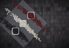 Composition en conception de fond d'en haut avec le plat carré d'ardoise et trois cuvettes avec des haricots de différentes coule photos stock