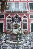Composition en décor avec des orchidées pivoines et roses à une villa italienne photographie stock libre de droits