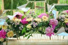 Composition en fleur avec des pivoines et des chrysanthèmes Image stock