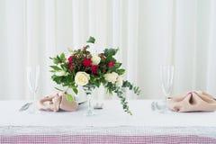 Composition en fleur de mariage sur la table Bouquet avec des roses avec le numéro trois Image stock