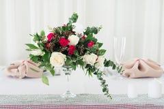 Composition en fleur de mariage sur la table Bouquet avec des roses avec le numéro trois Photographie stock