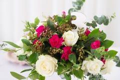 Composition en fleur de mariage sur la table Bouquet avec des roses avec le numéro trois Photo libre de droits