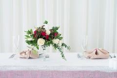 Composition en fleur de mariage sur la table Bouquet avec des roses avec le numéro trois Photos stock