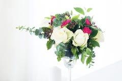Composition en fleur de mariage sur la table Bouquet avec des roses avec le numéro trois Image libre de droits