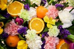 Composition en fleur et en fruit Photos stock