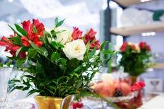 Composition en fleur pour la table Image stock