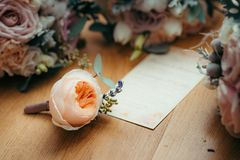 Composition en Florish La rose orange-clair tendre se trouve sur la carte postale entourée par la quantité de roses horizontal Photos libres de droits